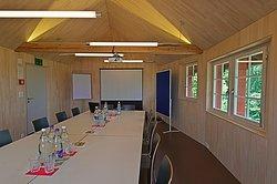 Der moderne Seminarraum ist perfekt für Tagungen und Sitzungen bis etwa 15 Teilnehmer.