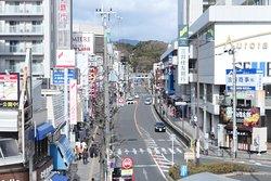 高槻駅から見た上宮天満宮方面です。高槻駅から北側に400メートルほどの参道です。奥の高いところに神社があります。