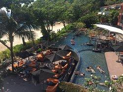 Blick aus der Lobby zum Pool/Strand
