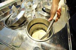 Grom è puro, autentico gelato italiano: creme con latte fresco di Alta Qualità, uova di galline allevate a terra e le migliori materie prime; sorbetti con frutta raccolta a piena maturazione; nessun utilizzo di aromi, coloranti, emulsionanti. Da noi il glutine non entra.