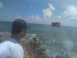 Navio naufragado ao fundo