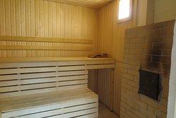 ถ้าอุณหภูมิความร้อนภายในห้อง ซาวน่า นี้น้อยไป ท่านสามารถเปิดช่องด้านขวามือ แล้วเขี่ย ไฟ เพื่อปรับเพิ่มระดับอุณหภูมิให้สูงขึ้นได้ครับ