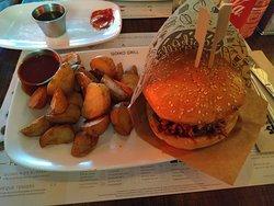 Hamburguesa Kevin Bacon con patatas y salsa (principal del menú)