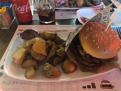 Hamburguesa con patatas y salsa (principal del menú)