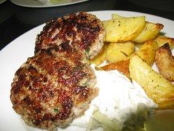 Mleté bifteki na grilu, pečené brambory, Tzatziki