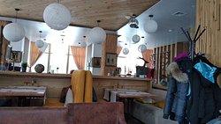 В ресторане Alpenclub уютный красивый интерьер с приятными мелочами и красивым декором. Еда выше всех похвал. Очень вкусно, изысканно.