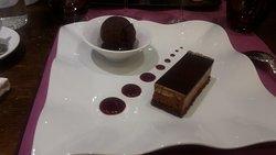ENTREMET 2 CHOCOLATS ET BOULE DE CHOCOLAT MAISON SUR LIT DE GRIOTTES
