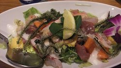 おふくろ亭 海鮮サラダの刺身と海ブドウが絶妙