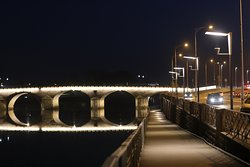 Le pont éclairé la nuit