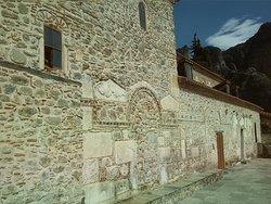 Τοίχος με εντοιχισμένα τμήματα παλαιοτέρων κτισμάτων