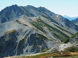 別山から歩いてきた雄山、大汝山、富士ノ折立、真砂岳の縦走路を振り返る