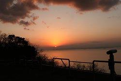 ここからの位置だと太陽は水平線でなく山の陰に沈みますがとても素敵な景色に感動間違いなしです!!