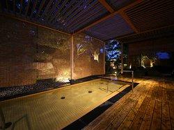 日中は木漏れ日あふれる庭園露天風呂。夜はライトアップされ、幻想的な雰囲気を楽しんでいただけます。