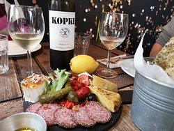 Schmackhafte Speisen, leckerer Wein