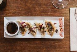 Originàries de la xina🎋 les gyozas són empanades que poden anar farcides de una gran varietat d'ingredients. Les nostres van farcides de vedella amb bolets i col xina🐲 Ens atrevim amb tot💥💥 NO ET PERDIS ENS NOSTRES FORADECARTA