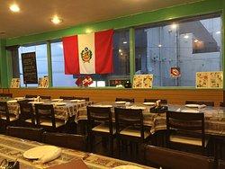 店内の様子、国旗やペルー関連のポスターなどが飾られています