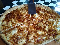 Chicken pizza with creamy sauce.