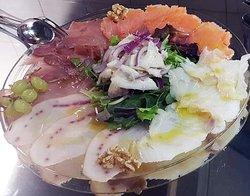 Affumicati e marinati di pesce: Salmone, spada, tonno, baccalà, marlin ed al centro un chevice di spigola. Insalata di songino, uva, noci, mirtilli. € 14,50