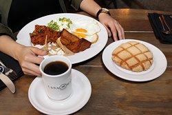 Acompaña tu desayuno con nuestra gran variedad de café y pan recién horneado