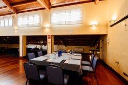 Salón Barbieri. Zona de reuniones con techos abuhardillados e iluminación natural. Se sirven desayunos y coffee breaks. Material audiovisual a su disposición