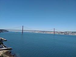 Vista del bonito puente 25 de Abril