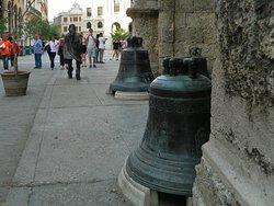 El Caballero de Paris attracts the tourists cameras