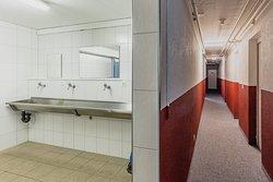 Badezimmer und Durchgang zu den Zimmern