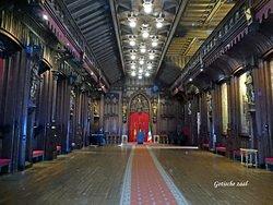 De gotische zaal met prachtige schilderijen