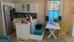 Kleine Küche und Essbereich in der Cottage