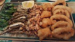 Fritura de pescado. Me encantaron sobre todo los calamares y el pulpo.
