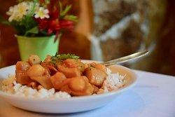 Σουπιά κρασάτη με κόκκινη σάλτσα και κρεμμυδάκια εσαλότ. Σαρακοστιανές επιλογές που μας αρέσουν πολύ!