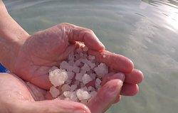 在死海底胡亂拿上來的,全都是白色的粗鹽