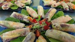 Rollitos de verduras y frutas frescas