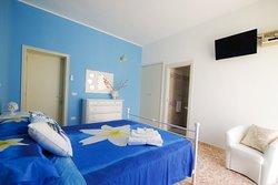 Blue Room. Camera con tutti i comfort: bagno privato con asciugacapelli, minifrigo, tv schermo piatto a muro, aria condizionata.