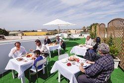Splendita terrazza Relax con ampio spazio per la colazione.