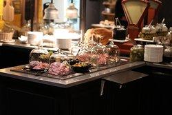 Les buffets sont vraiment bien présentés De plus, sous cloche et à volonté !