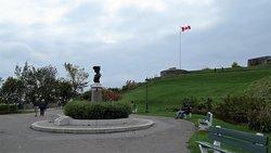 Monument dédié à Pierre-Dugua-De-Mons sur la Terrasse Pierre-Dugua-De-Mons