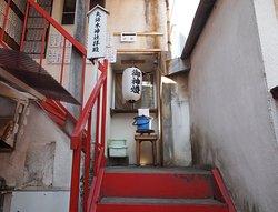 木造アパートの一室が神社 手水やバケツの水。