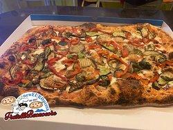Pizza a metro alle verdure. La pizza a metro è l'ideale da condividere con la famiglia o gli amici. Rivisitata nel formato mezzo metro più semplice da trasportare.