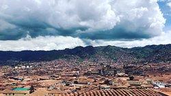 La hermosa vista que tenemos hacia la ciudad de Cusco , momentos únicos que vives en ViewHouse restobar  The beautiful view we have towards the city of Cusco, unique moments that you live in ViewHouse restobar.