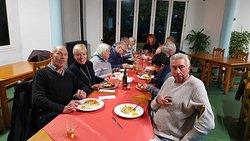 Podemos apreciar en esta foto como disfrutan de la comida. Los dos platos principales de la fotografia son Pollo al Curry