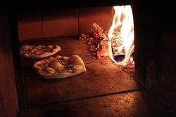 Focaccia al rosmarino cotta nel forno a legna