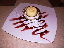 Mousse di cioccolato bianco con base croccante e ripieno di frutti di bosco