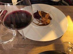 Foie gras poêlé et poire confite au vin