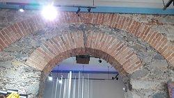 Detalhe dos arcos monumentais do primeiro pavimento