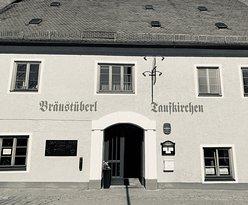 Der einladende Eingangsbereich in das Gewölbe des Bräustüberls. Im Eingangsbereich sind auch historische Unikate aus der Brauereigeschichte ausgestellt.