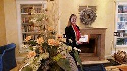 Kaminzimmer/Bibliothek : Auf dem Foto ist die Auszubildende Kati Karstädt zu sehen, die die Wünsche der Gäste  währendder Kaffeezeit erfüllte.