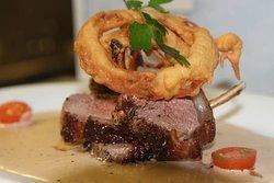 Steak, crispy onion rings & pepper sauce