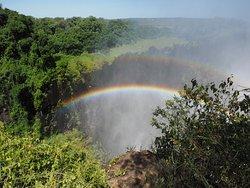 滝にかかる二重の虹