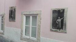 Fotos que Camilla Watson expone en las paredes mostrando el alma del barrio.